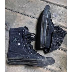 Allstar Converse i sort  Kan bruges som støvle eller flippes ned som sneakers. Brugt og derfor den lave pris. Ville sikkert være rigtig fine efter en tur i vaskemaskinen.  Ny pris: 800kr