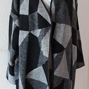 Curves model  frakke/overdel fra Evans. Frakke er uden knappe. Stor i størrelse -Str. 48,  er ret rummelig. Længde 89 cm Brystmål 136 cm Frakke er i 3 farver-  sort ,lysegrå, mørkegrå. Materiale 56% polyester,  21% acryl, 8% viscose, 8% cotton, 3& uld. Frakke er ny  Klik på  stort billedet og efter kan du selv små billeder i bedre kvalitet