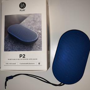 B&O Bluetooth højtaler. Er blevet brugt meget få gange. Styres via. en app. Oplader medfølger.