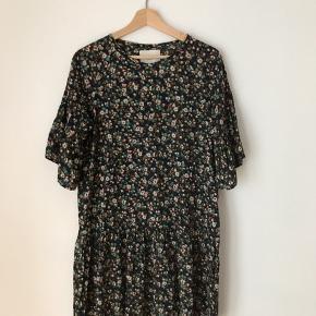 Lollys Laundry kjole i str s. Fremstår næsten som ny.  Kan afhentes i Ørestad eller sendes på købers regning.