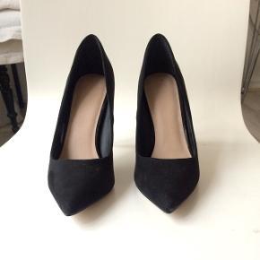 Fine og stilfulde spidse sorte hæle fra ASOS. De er aldrig blevet brugt, og kun prøvet på indendørs. Æske medfølger.