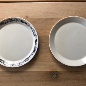 12 styks Poul Pava frokost tallerkner  Ingen skår eller større ridser   4 stk. Med hvid print  8 stk. Med blå mønster kant   Sælges samlet