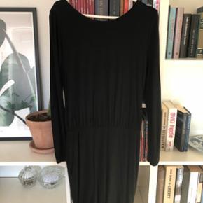 Flot kjole med åben ryg med lækkert blødt stof.  Kan sendes med dao. Kig gerne på mine andre annoncer også☺️ bytter gerne.