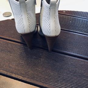 Lækreste sommer støvletter fra Karen Millen. Har haft på kun en gang.