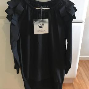 Varetype: Kjole, tunika Størrelse: 8 Farve: Sort Oprindelig købspris: 399 kr.