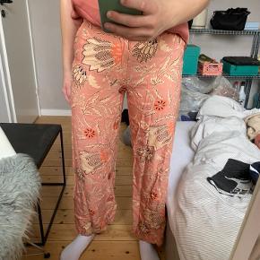 Fine bukser fra Second Female i M. De er syet ind i siderne, som kan ses på billede 3, dog kan dette nemt sprættes op med en nål🌸