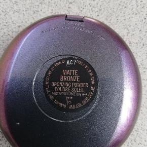 Helt ny bronzer fra Mac i farven Matte bronze. Sælges da den er for mørk til mig. Sender gerne mod betaling af porto. Se også mit andet Mac.
