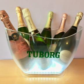30. Tuborg bowl/ice bucket med LED lys. 6 stk AA batterier  HxØ: 22,5-26,5x28-40 cm. 1837/1926 g  Sælges kun 599kr.   Plads til 6 almindelig 0,75L eller 12-15 øl flasker.   En flot, dekorativ & praktisk måde at opbevare & holde sin mousserende vin, cava, spiritus, sodavand & rose vine kolde på en elegant måde.   Perfekt til alle store fester/begivenheder som et festligt indslag: nytår, fødselsdage, dimission, studenterfest, svendegilde, bryllup, konfirmation, fernisering, reception, åbningsevent, gallapremiere & romantiske hyggeaften/middage med kæresten.  Gaven til ham/hende som har alt.   Fra røgfri, børnefri & dyrefri hjem. Flasker følger IKKE med. Flot stand uden fejl/defekter! Se mine andre salgsvarer/annoncer, Champagne op til 15 L, champagnesabler, vinglas & Champagnekølere. Kan skaffe andre typer, så spørg om det.