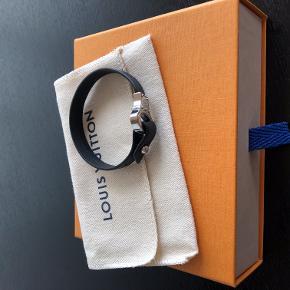 så fint læderarmbånd fra LV. Archive Bracelet M6290E 19 cm Brugt 1 engang, og fået som gave, derfor medfølger kvittering ikke. Nypris: 250$