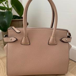 Super smuk velholdt taske.  Der er brugsspor, men de er ganske diskrete. Har passet godt på den.  Kan bruges som håndtaske eller med rem som crossbody.  23*28 cm, bunden er 13*28cm