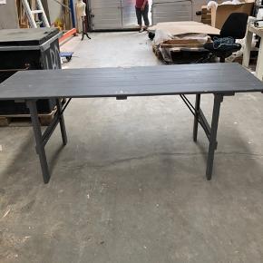 Super lækre rustikke ældre grå klapborde med den helt rigtige patina/ vintage look. Bordet kan klappes sammen, og hvis man ønsker en anden farve kan bordet slibes eller males på ny. Det unikke bord har mange anvendelsesmuligheder både som spisebord til flere gæster, skrivebord til kontoret eller måske et arbejdsbord til værkstedet? Længde 200cm   Klapbord, konsolbord, spisebord, kontorbord, havebord, træbord, forsamlingshusbord, arbejdsbord, langbord, skrivebord  Jeg har 4 borde til salg.  Prisen er 1.350 kr.