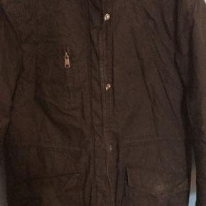 Sælger denne jakke fra Only. Hvidt for i huen.   Brugt, men velholdt. Den ser lidt krøllet ud på billedet, men den folder sig hurtigt ud (den har ligget i en kasse)  Ingen dyr eller rygning i hjemmet. Sender gerne - køber betaler fragt.  Byd 😊