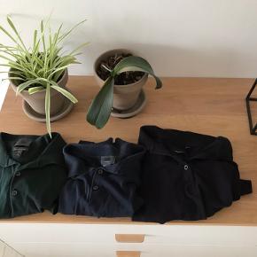 2*poloer fra H&M i mørkeblå og mørkegrøn str. S (herreafdeling) i materiale af silke / silk / silkeblanding (købspris for dem hver især var 350 kr.)  1 polo i sort str M