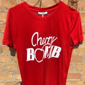 Fineste Cherry Bomb t-shirt fra Ganni 🍒 Brugt max 5 gange Str. L, men fitter mere M. Nypris: 600kr