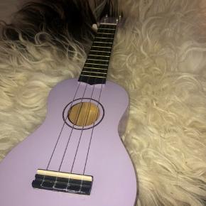 Dette er min super finde ukulele, som jeg engang brugte da jeg gik til det, men da jeg dsv er stoppet, håber jeg at du kan få glæde af den istedet!