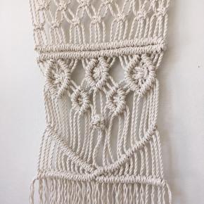 Håndknyttet vægtæppe.  Drivtømmer og bomuldssnor.  Måler 40x57 cm uden ophængssnor.