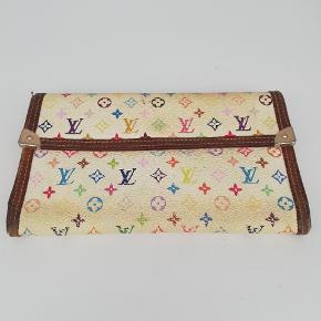 Louis Vuitton longwallet i multicolour 🌈  Der er plads til alt man har brug for🌸  Det er en smuk pung der er udgået af produktion  Tegn på brug, men stadig smuk 🌸  Jeg har desværre intet originalt tilbehør da den er købt vintage ♻️