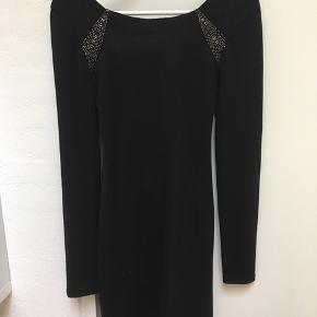 Fin kjole var Nelly Trend i sort med detaljer på ryggen. Sælges da den er for lille ):