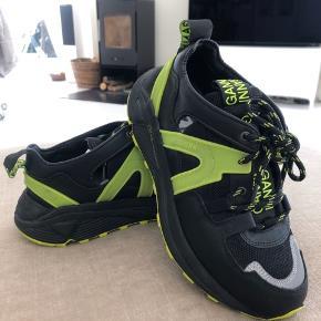 Hej 😊 sælger mit tøj, sko og diverse! Det kan ikke prøves grundet COVID-19, men jeg kan altid sende flere billeder og svare på de spørgsmål der nu måtte være. Sender ikke retur og sendes via DAO hvis ikke andet er aftalt. Håber I finder noget I kan bruge ❤️ - Pauline   - GANNI vibrant sneakers i str. 38. De er sorte/neon grønne og super behagelige at gå i. Gået med 2 gange! Før pris er 2.500kr og sælger dem for 1900kr.