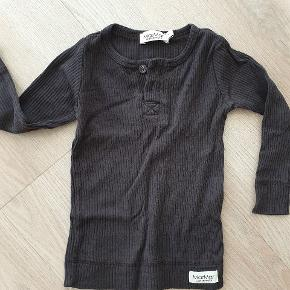 Mørkegrå/tæt på sort trøje. Farve er mest retvisende på første billede.