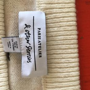 """Den kradser ikke selvom det er uld. Der er en smule """"puff"""" i ærmerne ved skulderne."""