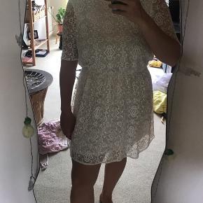 Sælger min smukke hvide kjole med blonder fra asos i str.42. Brugt en gang til konfirmation