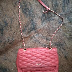 Varetype: taske Størrelse: mellem Farve: rød  28x17x6 cirka