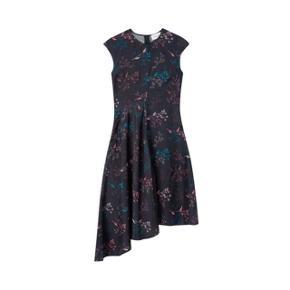 Helt nyt dog uden mærker på. Aldrigt brugt Gertrude kjole i flowers navy fra Wood Wood