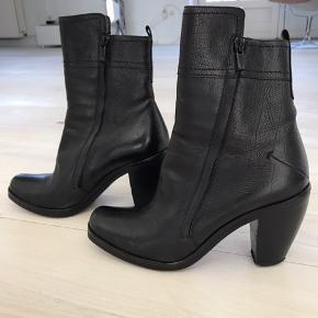 Smukke støvler, super løkker kvalitet. Købt hos Bruno&Joel for 3000 kr Lynlås i begge sider Bytter ikke