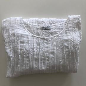Hvid bluse med læg /krøl. Kan sendes mod betaling af porto kr. 40,00 med DAO.