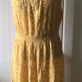 Smuk blomstret kjole.