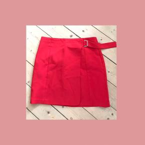 Rød fin nederdel. Str. s/m.
