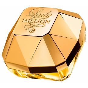 Paco Rabanne Lady Million EDP 50 ml + 75 ml bobylotion - Parfumen alenen koster 595 uden bodolotion.. :) Min pris for hele sættet og det er ægte parfume og min MP :) Paco Rabanne Lady Million er en dristig, glamourøs og ultra-feminin blomsterduft til den frygtløse, livlige og helt igennem uimodståelige kvinde. Lady Million er en af de mest populære lancerede dufte i de sidste adskillige år, og duften er inspireret af guld, luksus og rigdom. Duften er til dig, som ønsker at føle dig som en million, og dufte som en million! Denne Eau de Parfume symboliserer udstråling, dominans og en fyrig, meget nærværende karakter med en helt utrolig sensualitet. Duften åbner en overraskende sammensætning af sammenflettede blomster, friske og træagtige noter. Topnoten indeholder neroli, Amalfi citron samt hindbær. I hjertenoten findes der noter af arabisk jasmin og afrikansk appelsinblomst, understreget af gardenia, som giver en helt unik sødme, der tryllebinder og griber al opmærksomhed. Rav, hvid honning og pachouli afrundes i bundnoten. Disse noter udgør tilsammen et blændende og stærkt forførende udtryk, som skaber en vanedannende og frygteligt fristende duft.