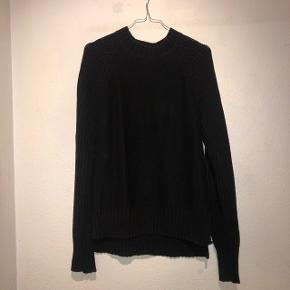 Sælger denne vildt lækre sorte strik / sweater fra Gina Tricot. Lækkert materiale.  Sendes med DAO på købers regning 🌞