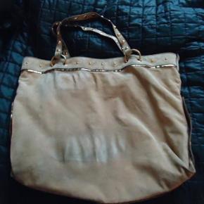 Varetype: skuldertaske babouska taske i creme farvet ruskind.smuk elegant Størrelse: Medium Farve: Creme Oprindelig købspris: 16000 kr.  sender med dao eller mødes i kbh k. NUL BYTTE. skambud ignoreres. glæder mig til at høre fra jer.   den kunne trænge til en rens .prisen er lavt sat da den virkelig trænger til rens. super lækker taske.rummer en mac. babouska af Tom Ford.  41 cm høj 46 bred 46 hank