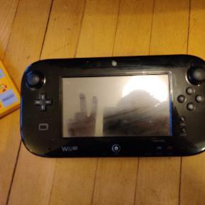 Nintendo Wii U sælges grundet oprydning.  Konsollen sælges med to spil; Guitar Hero Live Inkl. guitar og Super Mario Maker 1.  Alt originalt tilbehør medfølger - kabler, infrarød bar, kontroller/gamepad, oplader m. stander, Guitar Hero guitar og USB.  Kan afhentes i København eller sendes på købers regning.