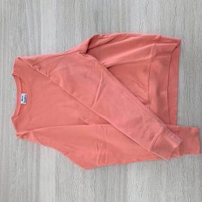 Sælger denne sweatshirt fra Acne Studios Modellen hedder Casey og det er en størrelse XL  Trøjen er brugt få gange og fremstår derfor i en rigtig god stand  Mp: 400 Bin: 550