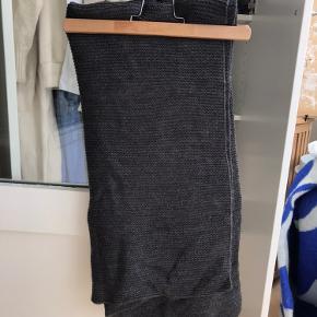 Utrolig lækkert strik tørklæde i sort. Dejligt blødt og behageligt. 2,5 meter lang og 65 cm bred