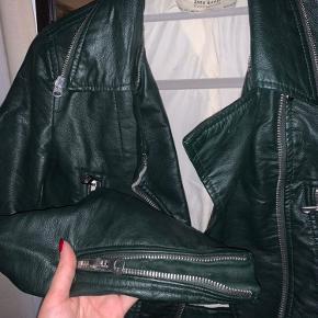 Sælger denne grønne læderjakke fra ZARA, str S