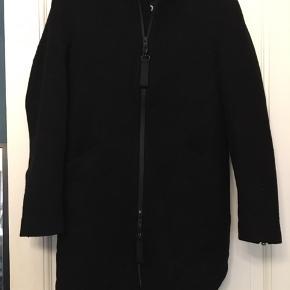 Core by Jack and Jones, jakke / frakke i sort uld str. large. Længde foran 97cm, bagpå 70cm, bryst 110cm. Næsten ikke brugt. 150kr Kan hentes Kbh V eller sendes for 45kr DAO