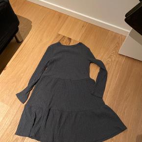 Super sød kjole. Lidt varm i stoffet.