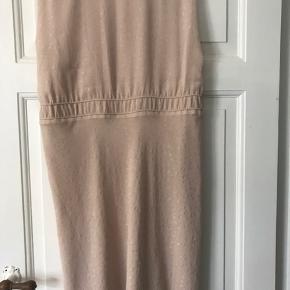Sød kjole , den har et lille udtræk forneden som ikke rigtig kan ses når den er på..