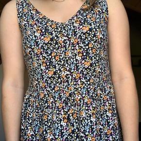 🌸Sælger denne sommerlige kjole fra Vero moda🌸 Brugt sidste sommer 2-3 gange⭐️ Den gule T-shirt kan købes med ved rette bud😉 Skriv endelig ved spørgsmål💙