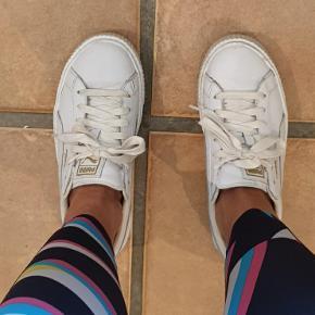 Lækre læder puma sneakers, brugt men ikke slidte og ingen skader,bare lidt snavs😊 Kan blive endnu mere fine med en grundig vask.  Passer også en 39👌