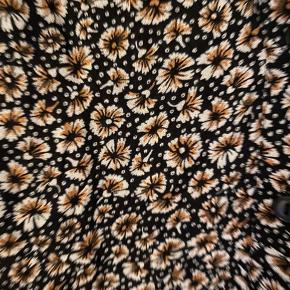 Flot blomstret skjorte i let stof. Lidt kort men rummelig, derfor købt i størrelse 44, men svarende til en str. L ca.