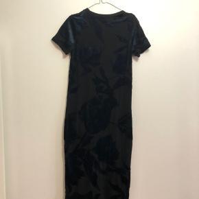 Sort lang kjole fra samsøe samsøe i str. M med mønster i velour. Så god som ny!