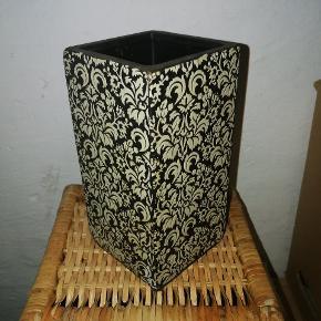 Vase eller høj urtepotteskjuler, sort m. hvidt blomstermønster. Brugt få gange.