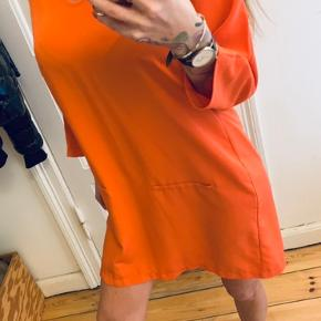 Orange kjole i lækkert stof
