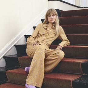 """""""Lucian Shirt"""" - Stardot Yellow - super lækker bluse som både kan bruges lukket men også åben som en lille jakke ...    Fuldstændig som ny ... Nypris 1200,-"""