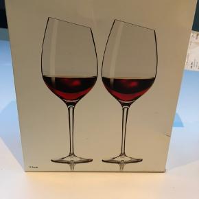 To stk Eva Solo Syrah rødvins glas. Står i original indpakning og har aldrig været brugt. Sælges da det er den forkerte størrelse i forhold til de andre jeg har. Derfor vil jeg også gerne så tæt på ny prisen på 400 kr som muligt. Kun seriøse bud, tak.